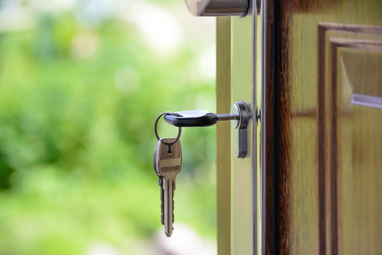 huissleutel in deurslot